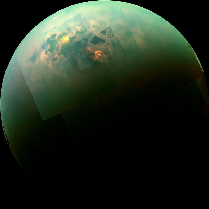 Vue en proche infrarouge de Titan par Cassini : le Soleil se reflète en orangé dans les mers près du pôle nord de Titan (en couleur bleu vert).