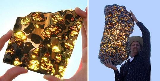 Deux photos côte à côte de la météorite de Fukang : à gauche un échantillon, au soleil on voit des touches de doré, et à droite portée par un homme. Le soleil derrière lui donne aussi des reflets or.
