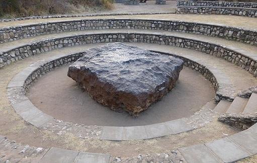 Photo prise par un touriste en 2014 de la plus grosse météorite du monde. Elle est en Namibie et à été placée au centre d'une mini arène.