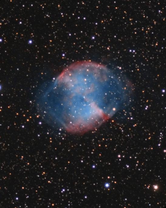 Image de la nébuleuse planétaire M27 dans le Petit Renard.