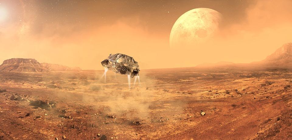 Vue d'artiste d'un vaisseau en train de se poser sur le sol martien. Ses turboréacteurs soulèvent de la poussière martienne et en fond on voit la Lune.