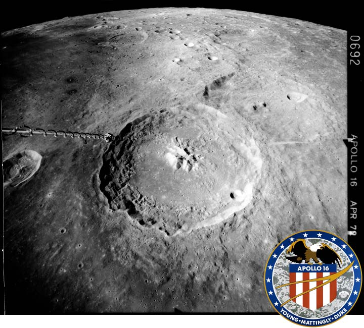 Le cratère Théophile photographié en 1972 depuis Apollo 16 (dont on voit l'antenne à gauche), à 115 km d'altitude.