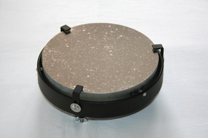 Photo d'un miroir de télescope sale.