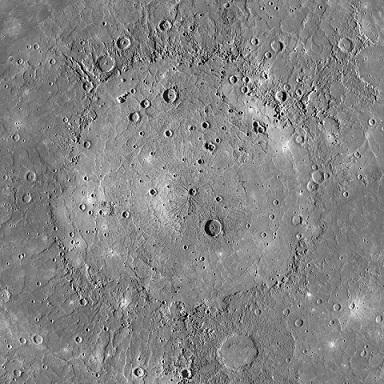 Photo en couleurs grisées du basin d'impact Caloris, zoom sur la surface de la planète.