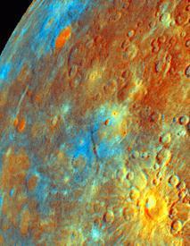 Vue d'une partie de la planète Mercure en fausses couleurs allant du bleu au jaune orange. On met en évidence les zones