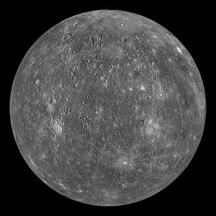 Vue globale d'une face de Mercure en couleurs gris, blanc et gris foncé.