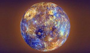 Image de la planète Mercure vue en entier, en fausses couleurs allant du jaune au bleu clair en passant par différentes nuances d'orange et violet.