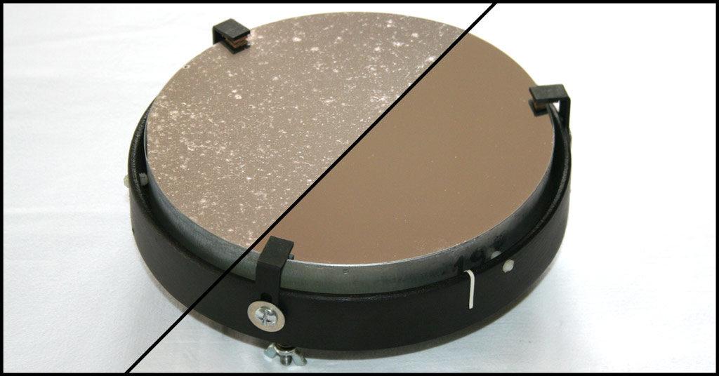 Photo comparative d'un miroir de télescope avant et après le nettoyage