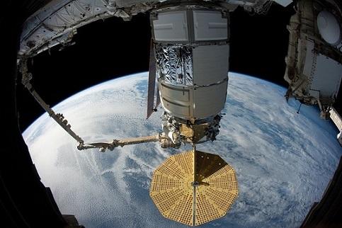 La Terre en arrière-plan et une partie de l'ISS au premier plan : le cargo américain Cygnus.