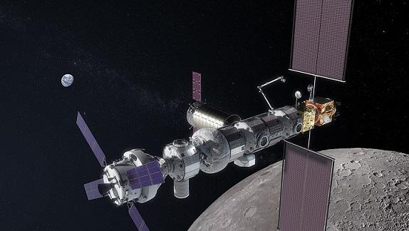 Vue d'artiste du futur Lunar Orbital Gateway : on y voit la Terre en arrière-plan, un bout de la Lune plus proche, et sur toute la longueur de l'image les différents modules assemblé de l'engin spatial.