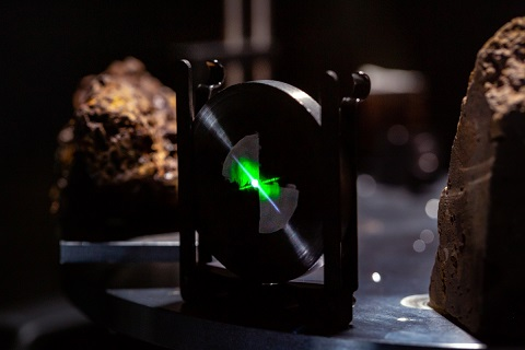 Photo où l'on aperçoit le laser vert de la technologie Raman qui équipe SuperCam.