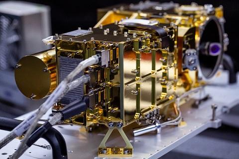 Modèle de vol numéro 2 de SuperCam : instrument doré en gros plan.