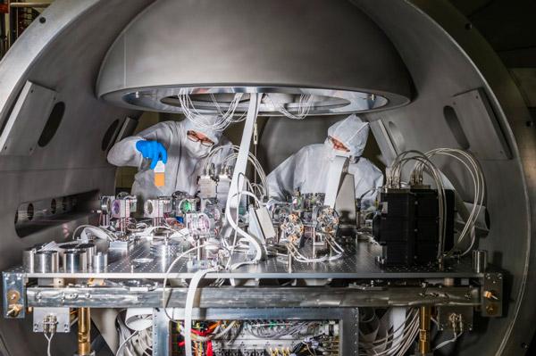 Instrumentation utilisée pour détecter le signal d'ondes gravitationnelles et contrôler l'interféromètre Virgo à Cascina près de Pise, en Italie. Les chercheurs sont en train d'ajuster la position d'un miroir. Crédit : Cyril FRESILLON/Virgo/CNRS Photothèque