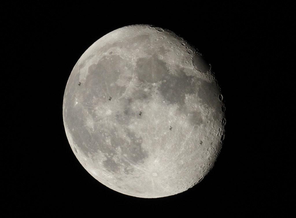 Un passage de l'ISS devant la Lune pris au télescope, qui donne une bonne idée de la taille apparente de la station vue depuis la Terre. Cinq photos ont été superposées, le passage a duré 0,6 seconde. Photo : Eric Feuillard