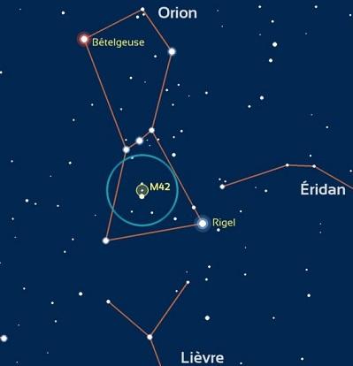 Schéma sur fond bleu marine de la constellation d'Orion où l'on voit la place de l'étoile Bételgeuse (en haut à gauche), de Rigel (en bas à droite) ainsi que de la nébuleuse M42 (en bas au milieu).