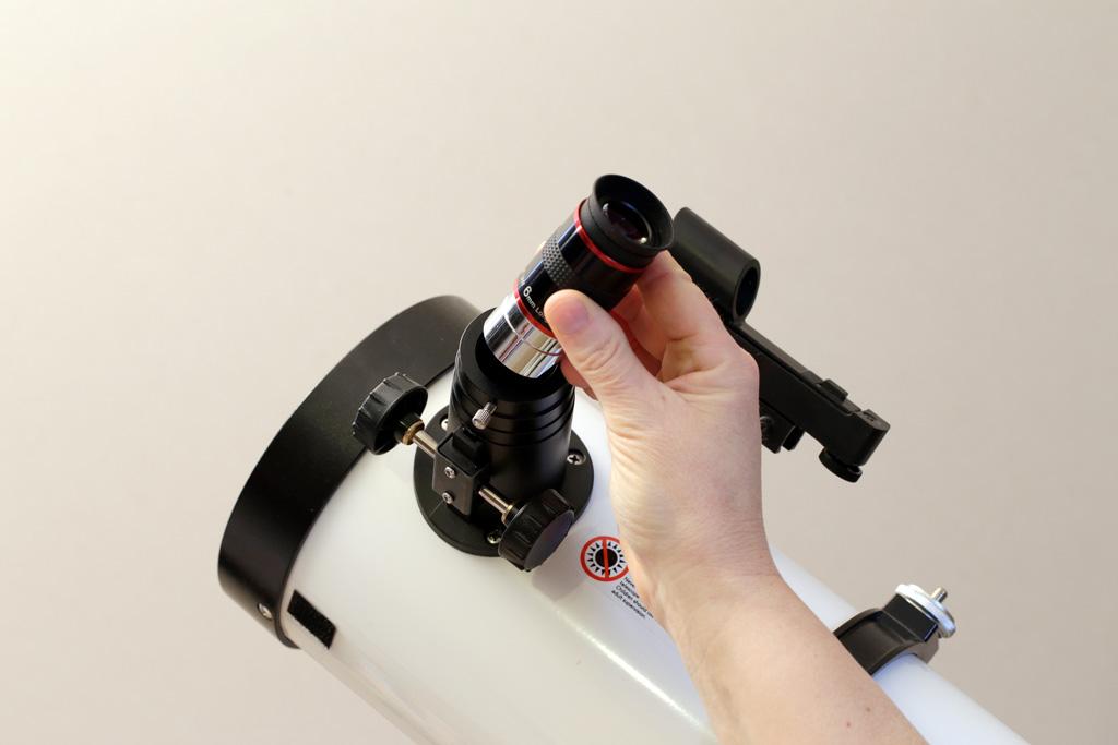 illustration d'insertion d'un oculaire dans le porte-oculaire d'un télescope