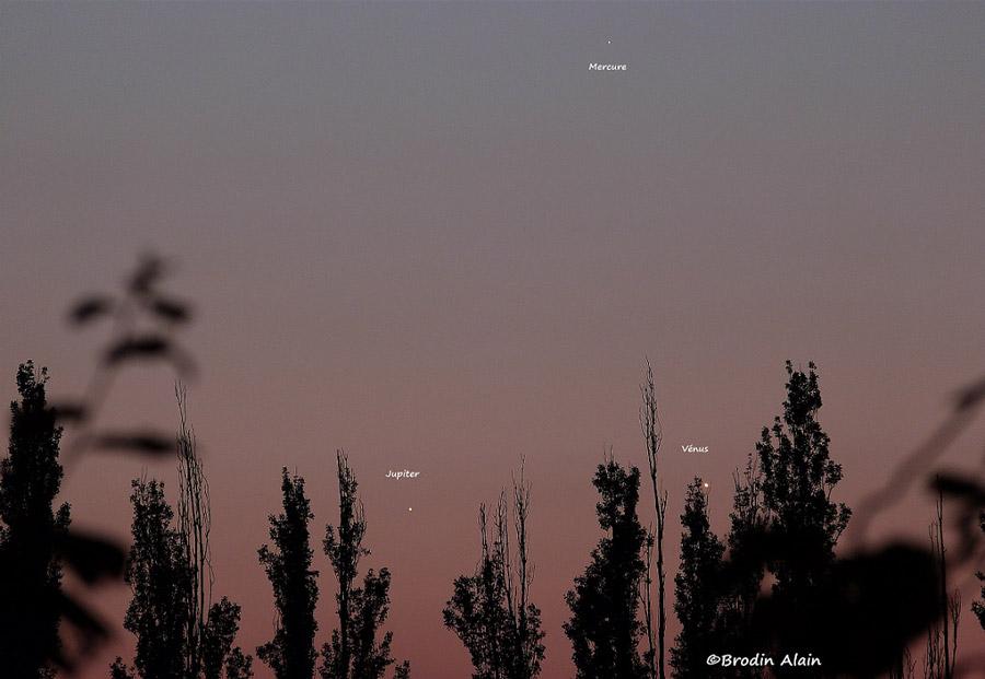 Photo montrant le rassemblement de Mercure, Vénus et Jupiter dans le ciel le 27 mai 2013. Photo Alain Brodin.