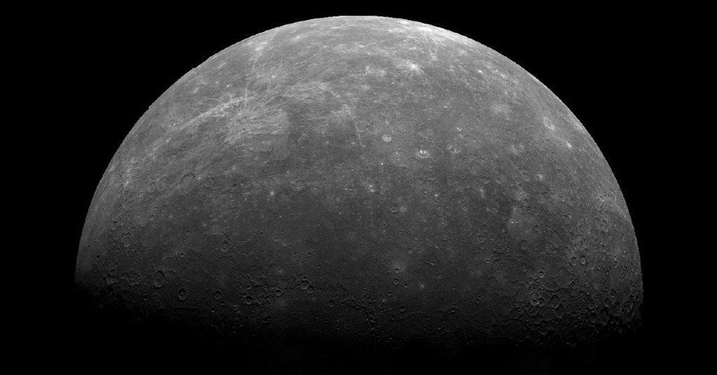 La planète Mercure photographiée par la sonde Mariner 10. La planète est visible en croissant et on voit ses cratères en surface.