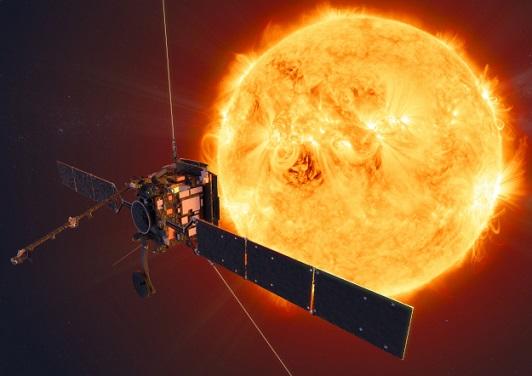 Vue d'artiste de la sonde Solar Orbiter avec le Soleil en fond à droite en couleur jaune brillant, et le satellite au premier plan à gauche avec ses antennes et panneaux solaires déployés.