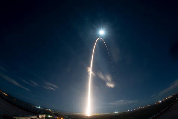 Sur fond de ciel bleu foncé, avec en bas de l'image le Kennedy Space Center de Cape Canaveral (Floride), on voit un arc de cercle doré dirigé vers le Soleil qui représente la trajectoire de la fusée qui a emporté Solar Orbiter dans l'espace le 10 février