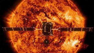 Vue d'artiste du satellite Solar Orbiter, devant le Soleil en fond en rouge orange qui prend toute l'image.