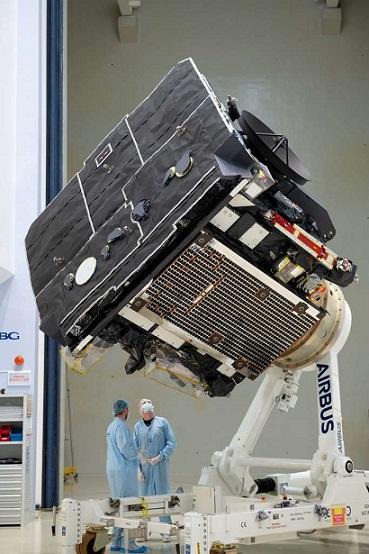 Photo du bouclier thermique de Solar Orbiter en salle blanche. On voit la face qui sera exposée au Soleil, pourvue d'un revêtement noir.