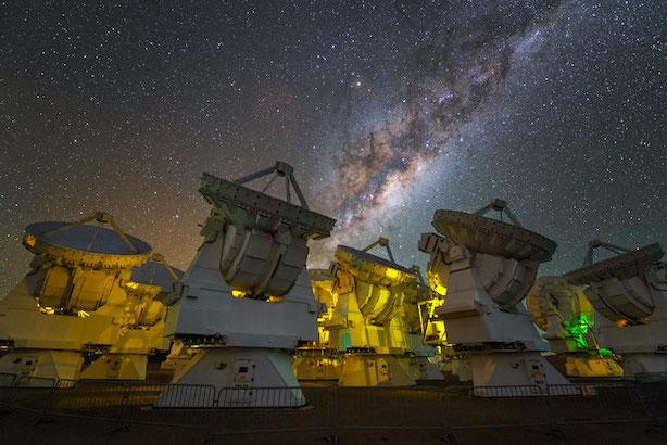 Vue de la Voie lactée en haut de l'image au dessus des antennes du télescope ALMA.