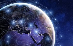 Vue d'artiste d'un maillage de satellites en orbite autour de la Terre. On voit la Terre en couleur bleu violet, côté Europe et Afrique, entourée de points blancs lumineux représentant les satellites en orbite et reliés entre eux.