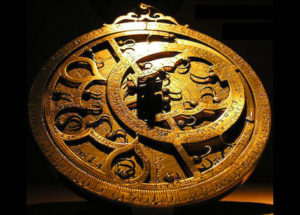 Photo sur fond noir d'un instrument doré ;: l'astrolabe de Ptolémée