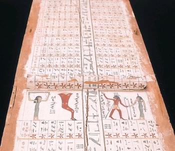Sarcophage en couleurs rosé et gris, sur fond noir, où l'on voit de multiples hiéroglyphes.