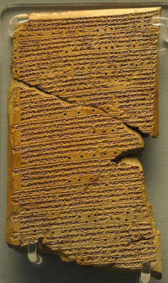 Tablette de pierre gravée en couleur marron orangé sur fond gris. La tablette décrit les phénomène observés par les mésopotamiens liés à Vénus.