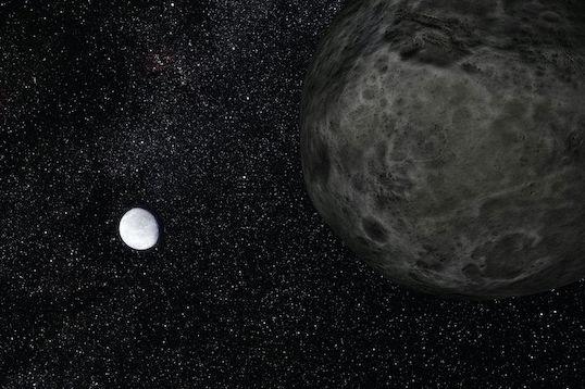 Vue d'artiste d'Éris avec sa lune Dysnomie : on voit à droite au premier plan Éris en gris foncé et à gauche en arrière-plan, en couleurs blanches, la lune plus petite.