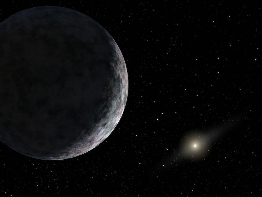 Vue d'artiste de la planète naine Éris que l'on voit en gros plan sur la gauche de l'image, la surface grisée, faiblement éclairée par un point lumineux lointain (le Soleil) à droite de l'image.