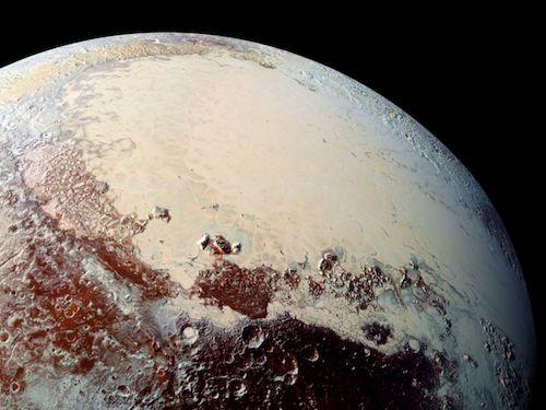 Vue d'une partie de l'hémisphère nord de Pluton où l'on voit une grande plaine beige entourée de reliefs marrons.