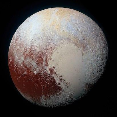 Photo de Pluton prise par la sonde New Horizons de la Nasa en 2015 : on y voit la planète sur fond noir, en couleurs améliorées beige et marron