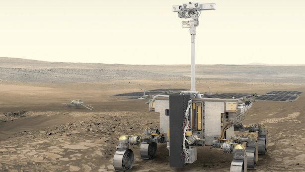 Vue d'artiste du rover ExoMars sur le sol martien : on le voit avec six roues, des instruments au bout d'un mât et un boîtier gris qui correspond à une foreuse au premier plan.