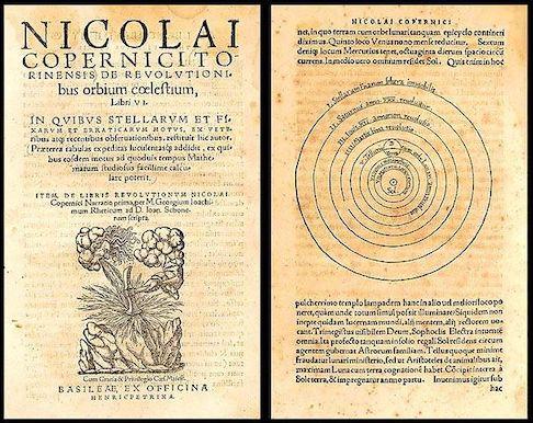 Première page et page montrant les orbites circulaires des planètes autour du Soleil dans le livre De Revolutionibus de Copernic. Le papier est jauni et les écritures imprimées en latin.
