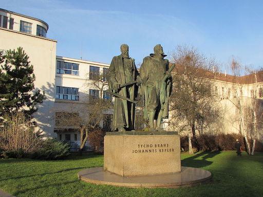 Statues de Tycho Brahe et Kepler, sous le Soleil par beau temps, sur leur piédestal à Prague.