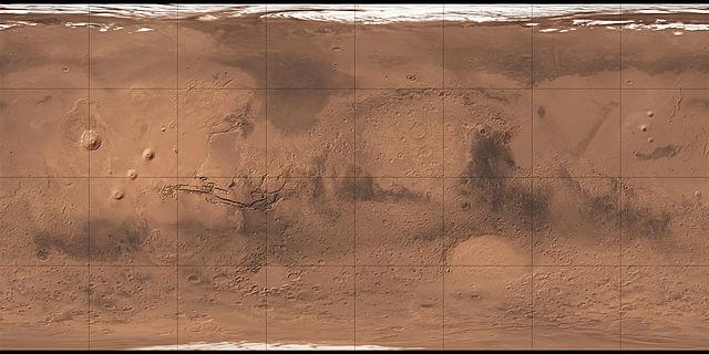 Surface de Mars reconstituée grâce à la sonde Mars Global Surveyor : on voit en vrai couleur rouge/orangé la surface de Mars avec des mers, des cratères et les zones sombres qui sont censées correspondre aux canaux artificiels.