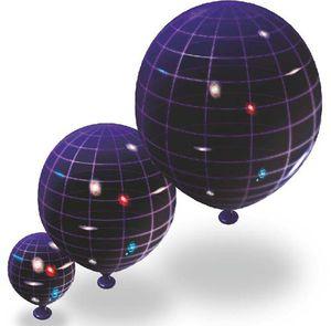 Représentation de l'Univers sous forme de trois ballons, de plus en plus gros, avec à leur surface les galaxies qui s'éloignent les unes des autres mais sans être modifiées.