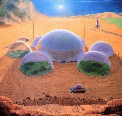 Illustration d'une colonie sur Mars : on voit au dernier plan un ciel bleu et le Soleil et au centre de l'image et jusqu'au premier plan, six dômes transparents autour d'un dôme central plus grand, posés sur le sol orangé de Mars. Dans ces dômes, on devine de la végétation plantée par une colonie martienne. En arrière plan, une fusée, et à l'avant plan, un rover martien et deux hommes en combinaison à ses côtés.