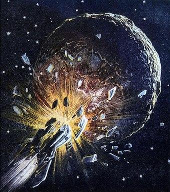 Dessin sur fond bleu marine qui représente le crash d'une fusée sur une planète : la fusée arrive d'en bas à gauche de l'image et se décompose en mille morceaux avec une explosion en couleur jaune orange, sur la surface d'un astre qui n'est pas parfaitement sphérique, lui aussi en couleur bleu foncé avec des reliefs et des cratères.