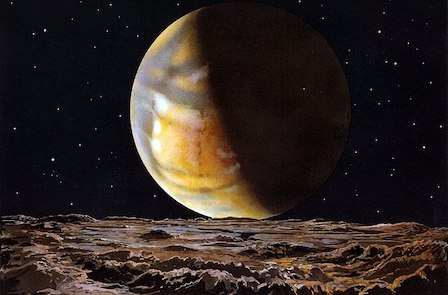Mars vue de sa Lune Deimos : on voit au premier plan horizontal la surface de Deimos parsemée de cratères dans les tons marron, et en arrière plan une planète orange, jaune et grise, éclairée par le Soleil par la gauche, sur un fond noir étoilé.