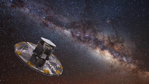 Sur un fond violet foncé étoilé, en bas à gauche de l'image on voit la sonde Gaia (un grand disque surmonté d'un gros cylindre, le tout recouvert de matériau protecteur argenté) ; à droite de l'image, notre galaxie la Voie lactée légèrement penchée, avec ligne horizontale d'étoiles brillantes et poussières absorbantes sur le devant.