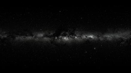 Carte du ciel Hipparcos en noir et blanc où l'on voit la Voie lactée horizontale.