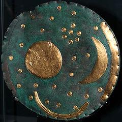 Plus ancienne carte du ciel retrouvée, en bronze et or. Sur fond de bronze circulaire (devenu bleu), se trouvent le Soleil (cercle), la Lune (croissant), la Voie lactée (arc de cercle) et plusieurs étoiles, tous dorés.