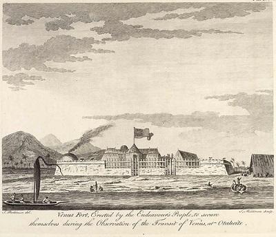Dessin en noir et blanc du Fort Vénus construit par l'explorateur James Cook à Tahiti : on y voit la mer et des bateaux au premier plan et au centre plusieurs bâtiments encerclés par une enceinte de pierre et de bois.