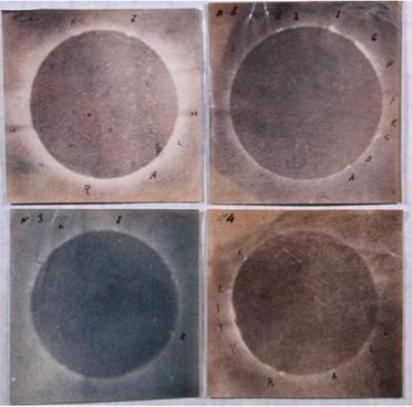 Quatre photos de l'éclipse de Soleil du 18 juillet 1860 prises par Angelo Secchi : les deux du haut ont des teintes rose/violet, celle en bas à gauche bleu, et en bas à droite marron. Chaque image représente un cercle foncé avec autour la couronne de lumière solaire créée par l'éclipse.