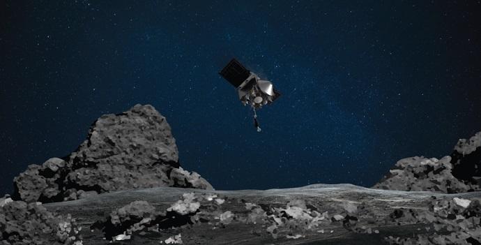 Vue d'artiste de la sonde OSIRIS-REx au dessus de la surface de l'astéroïde Bennu : la surface est gris foncé avec de gros rochers, le fond de l'image est un ciel bleu marine étoilé et la sonde est représentée au milieu de l'image.