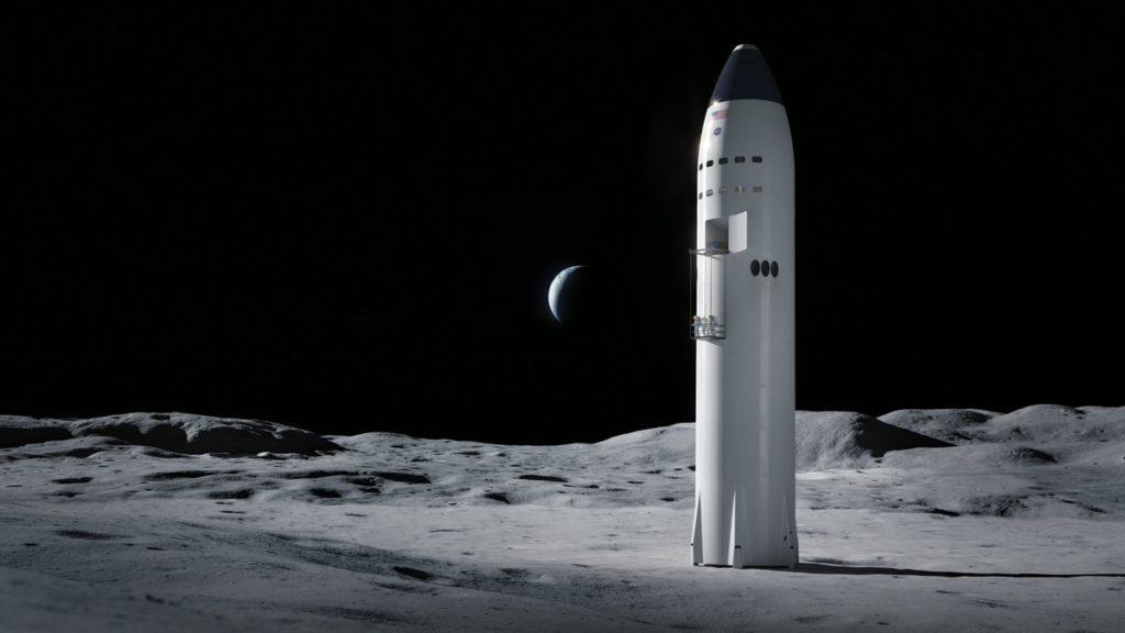 Sur la surface grise de la Lune, éclairée par le Soleil par la gauche, avec la Terre en fond sur ciel noir étoilé, on voit à la verticale à droite de l'image et au premier plan, une vue d'artiste du futur vaisseau lunaire de Space-X. Il est similaire à un grand cylindre blanc.